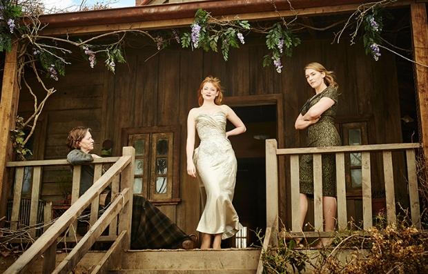 Judy Davis, Sarah Snook, y Kate Winslet en una escena de la película The Dressmaker