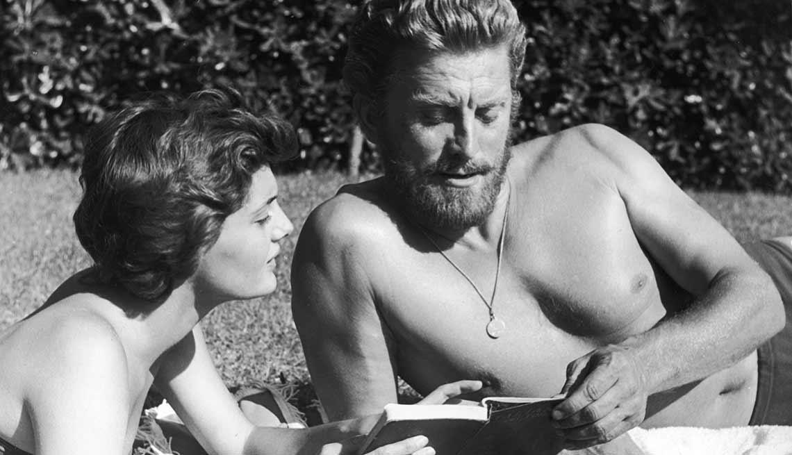 item 6 of Gallery image - Kirk Douglas cumple 100 años - foto en 1956. Douglas  mira un libro con su segunda esposa Anne Buydens