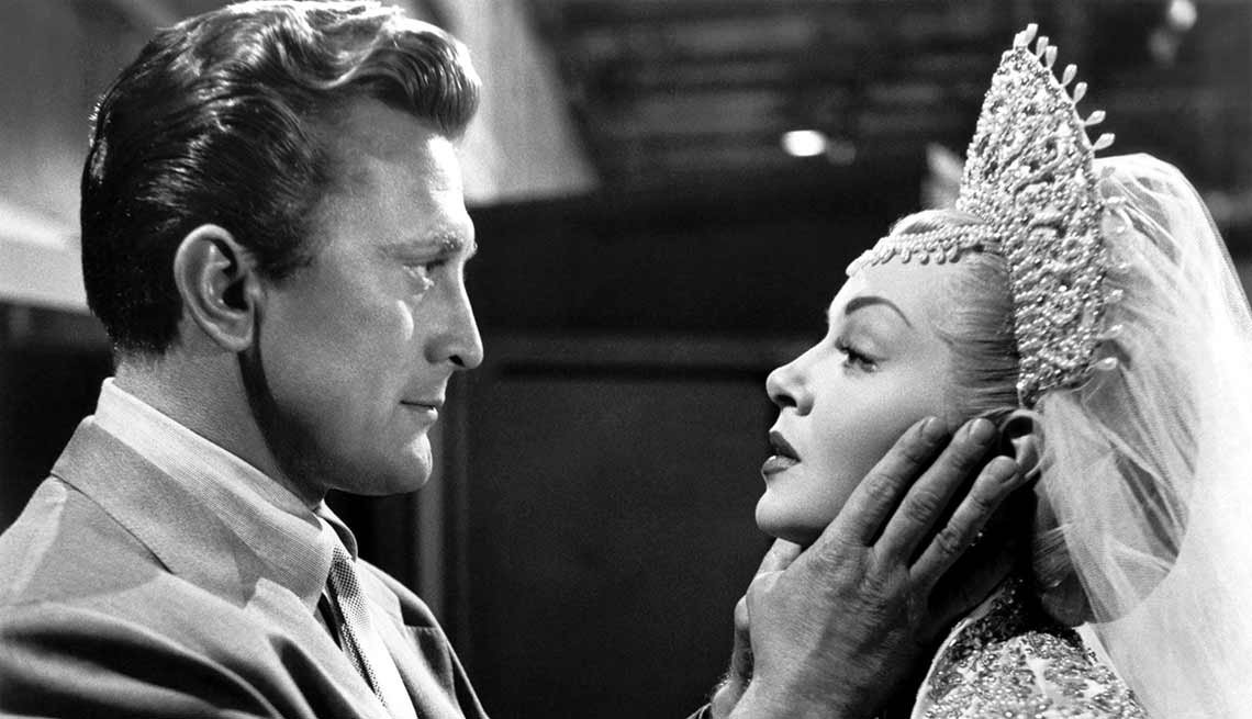 item 5 of Gallery image - Kirk Douglas cumple 100 años - En una escena de la película The Bad and the Beautiful (1952)