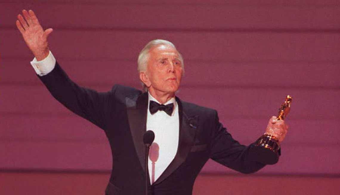 item 14 of Gallery image - Kirk Douglas cumple 100 años - Recibiendo un Óscar de la academia en la versión número 68