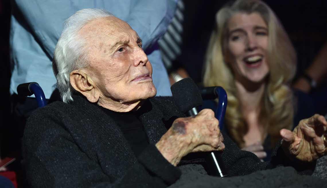 item 15 of Gallery image - Kirk Douglas cumple 100 años - Douglas dando un discurso en una ceremonia en Hollywood en el 2016