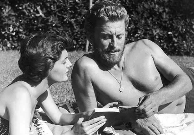 Kirk Douglas cumple 100 años - foto en 1956. Douglas  mira un libro con su segunda esposa Anne Buydens