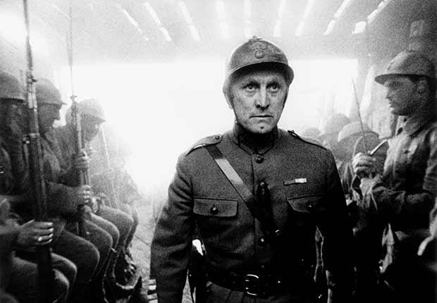 Kirk Douglas cumple 100 años - En una escena de la película Paths of Glory (1957)