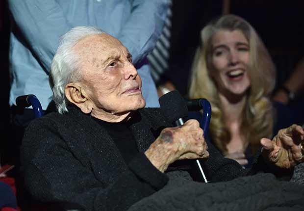 Kirk Douglas cumple 100 años - Douglas dando un discurso en una ceremonia en Hollywood en el 2016