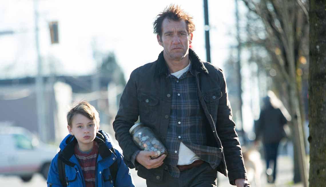 Jaeden Lieberher  y Clive Owen en una escena de la película 'The Confirmation'