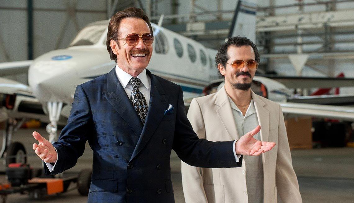 Bryan Cranston y John Leguizamo en una escena de la película 'The Infiltrator'