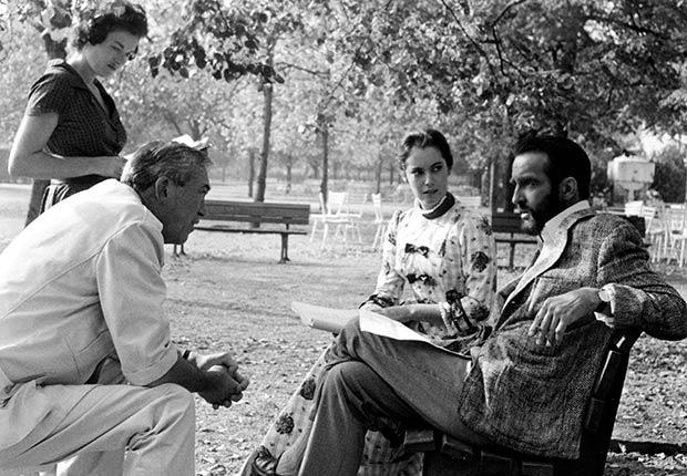 Montgomery Clift (derecha), una leyenda de Hollywood,  habla con el director John Huston durante la filmación de 'The Secret Passion'
