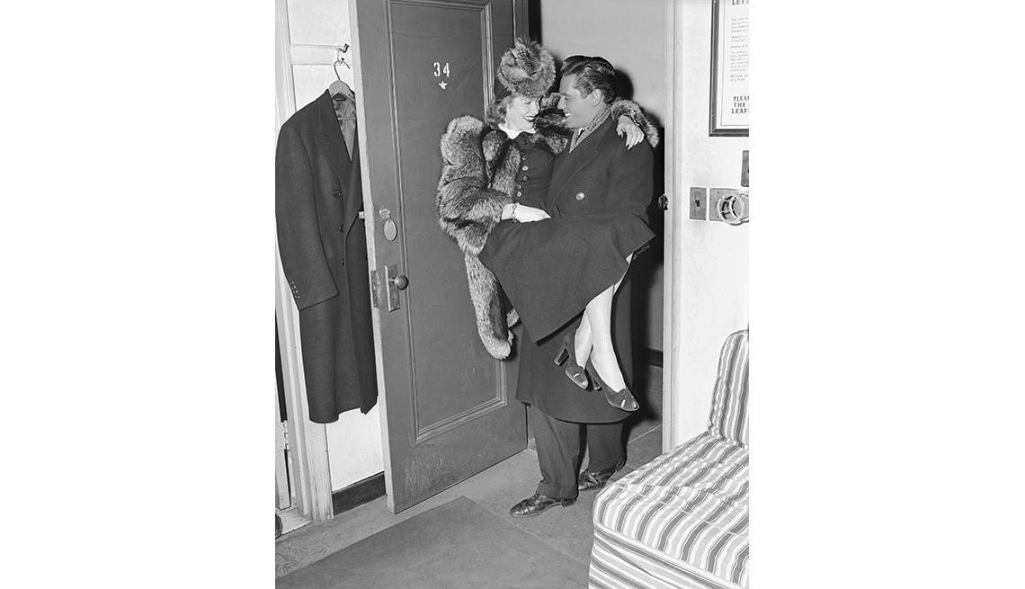 item 8 of Gallery image - Desi Arnaz carga a su novia Lucille Bell en su camerino en el teatro Roxy, en Nueva York, 1940