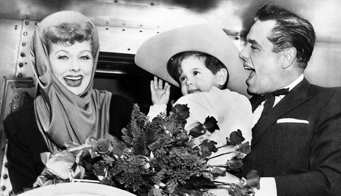 Lucille Ball y Desi Arnaz con su hijo Desi