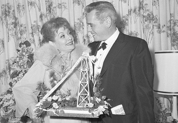 Desi Arnaz felicita a Lucille Ball en su debut en Broadway con Wildcat, de quien se había divorciado recientemente. Foto de 1960