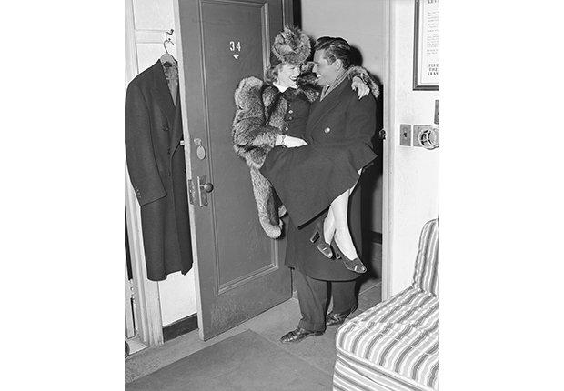 Desi Arnaz carga a su novia Lucille Bell en su camerino en el teatro Roxy, en Nueva York, 1940