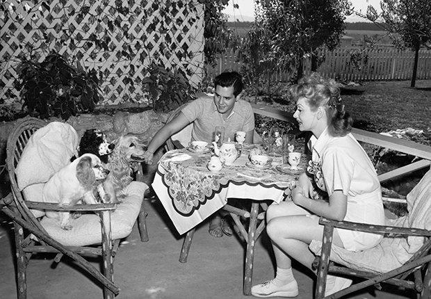 Lucy y Desi Arnaz en su casa en California