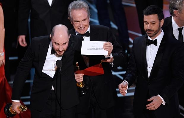 Momento en que Jordan Horowitz, productor de 'La La Land', muestra el sobre donde se revela 'Moonlight' como mejor película en el Oscar.