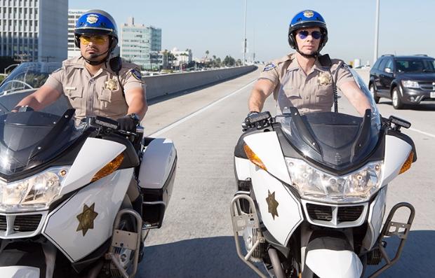 Michael Peña y Dax Shepard en una escena de la película Chips