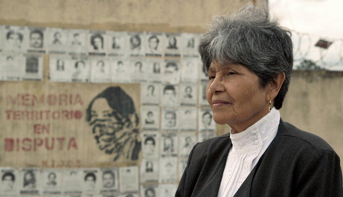 Una señora en primer plano en una escena del documental Finding Oscar