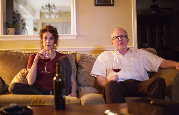 Escena de la película The Lovers protagonizada por Debra Winger y Tracy Letts