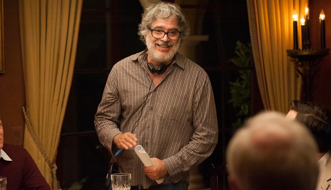 Retrato de Miguel Arteta en medio del set de grabación de la película Beatriz at Dinner