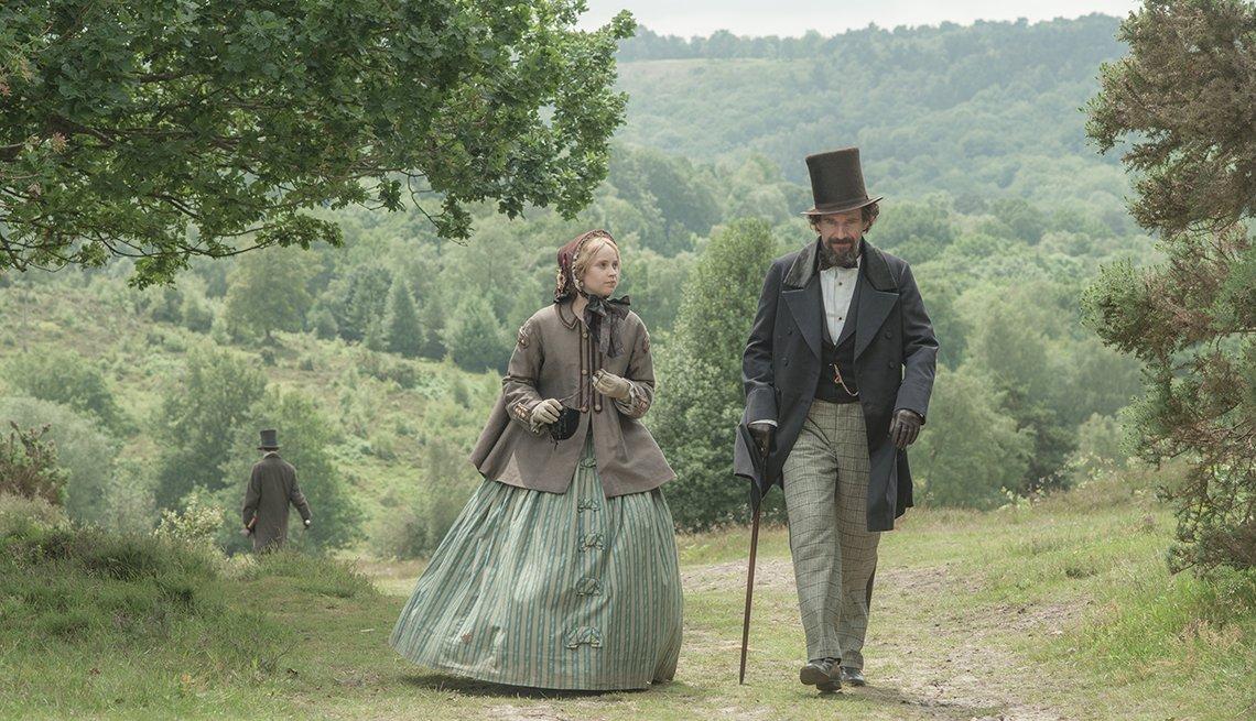 Felicity Jones y Ralph Fiennes en una escena de 'The Invisible Woman'.