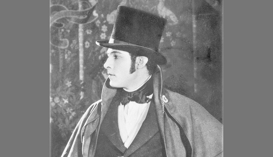 Actor Rudolph Valentino con capa y sombrero