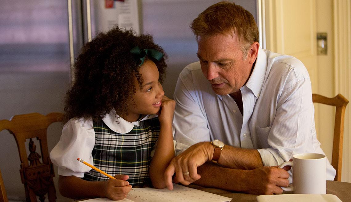 Kevin Costner y Jillian Estell en una escena de Black or White