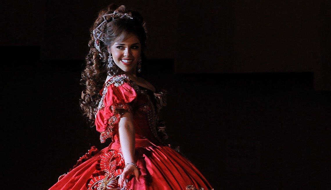 Laura Garza Cobertizo, concursante con un vestido rojo en Las Marthas, en Laredo, Texas.