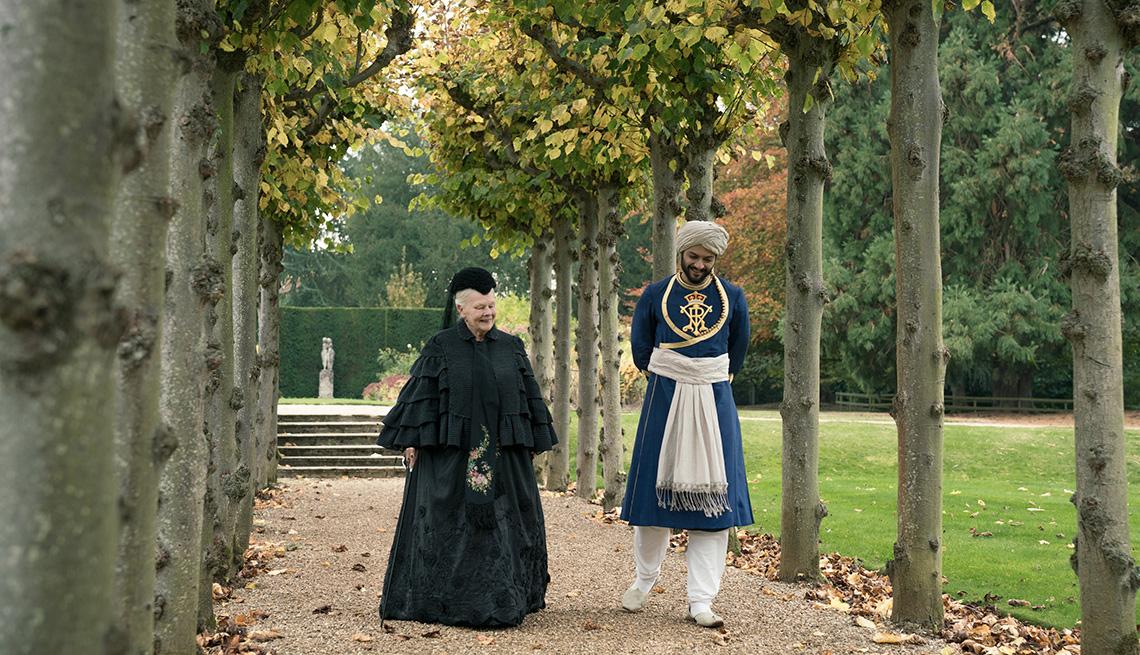 Judi Dench y Ali Fazal en una escena de la película Victoria & Abdul