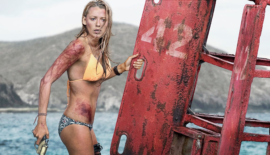 Escena de The Shallows, películas de terror dirigidas por hispanos