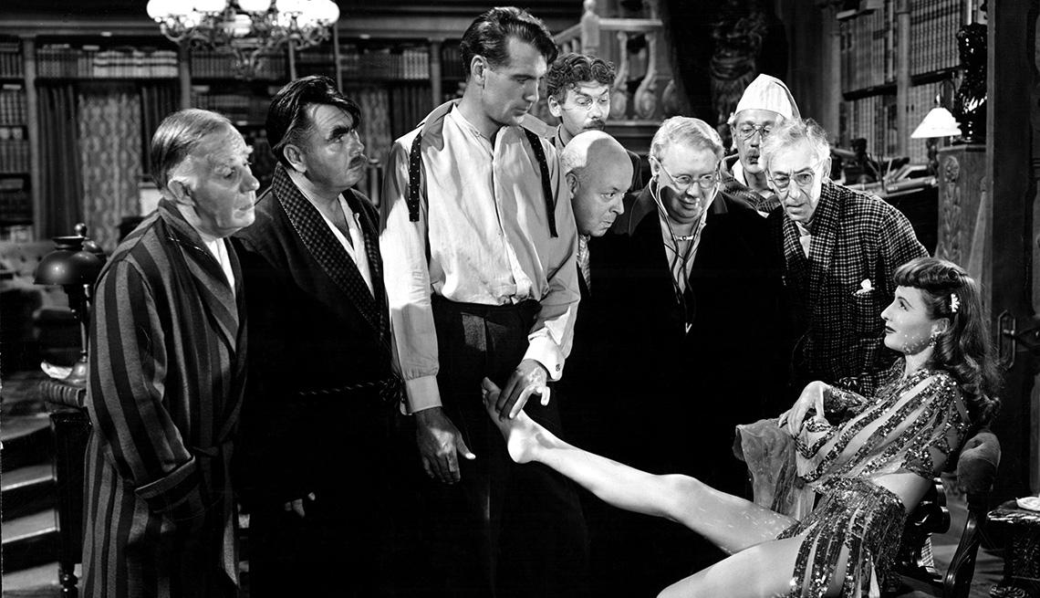 Barbara Stanwyck en una escena de la película  BALL OF FIRE, y su carrera en Hollywood