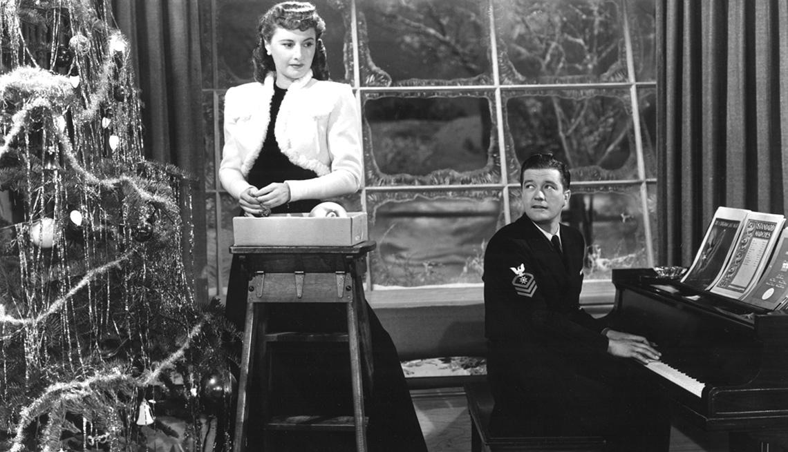 Barbara Stanwyck y Dennis Morgan en una escena de la película CHRISTMAS IN CONNECTICUT, y su carrera en Hollywood