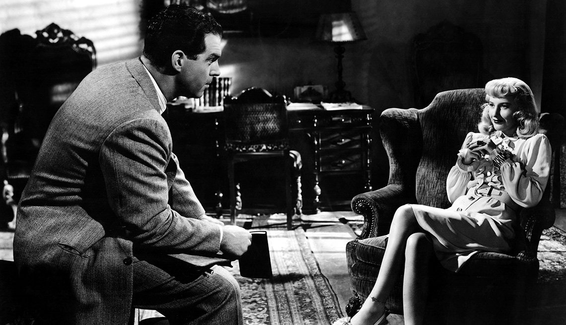 Fred MacMurray y Barbara Stanwyck en una escena de la película DOUBLE INDEMNITY, y su carrera en Hollywood