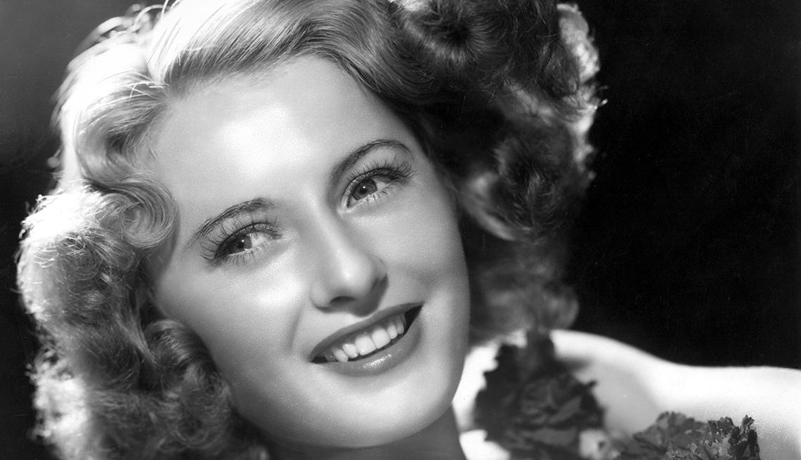 Barbara Stanwyck en una escena de la película STELLA DALLAS, y su carrera en Hollywood