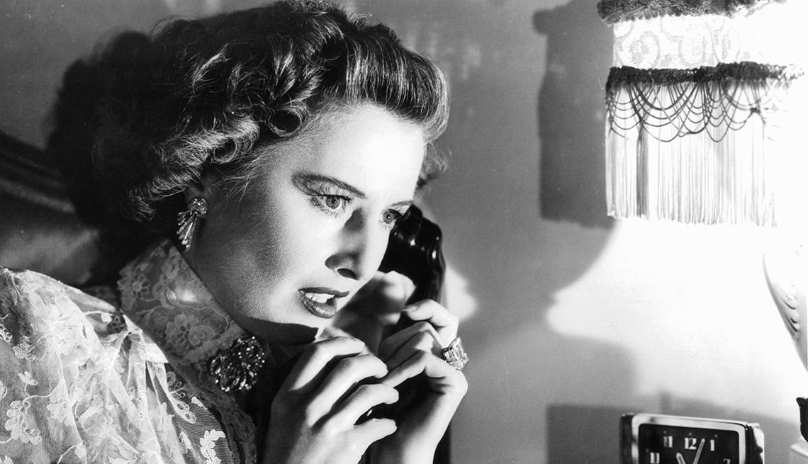 Barbara Stanwyck en una escena de la película Sorry, Wrong Number, y su carrera en Hollywood