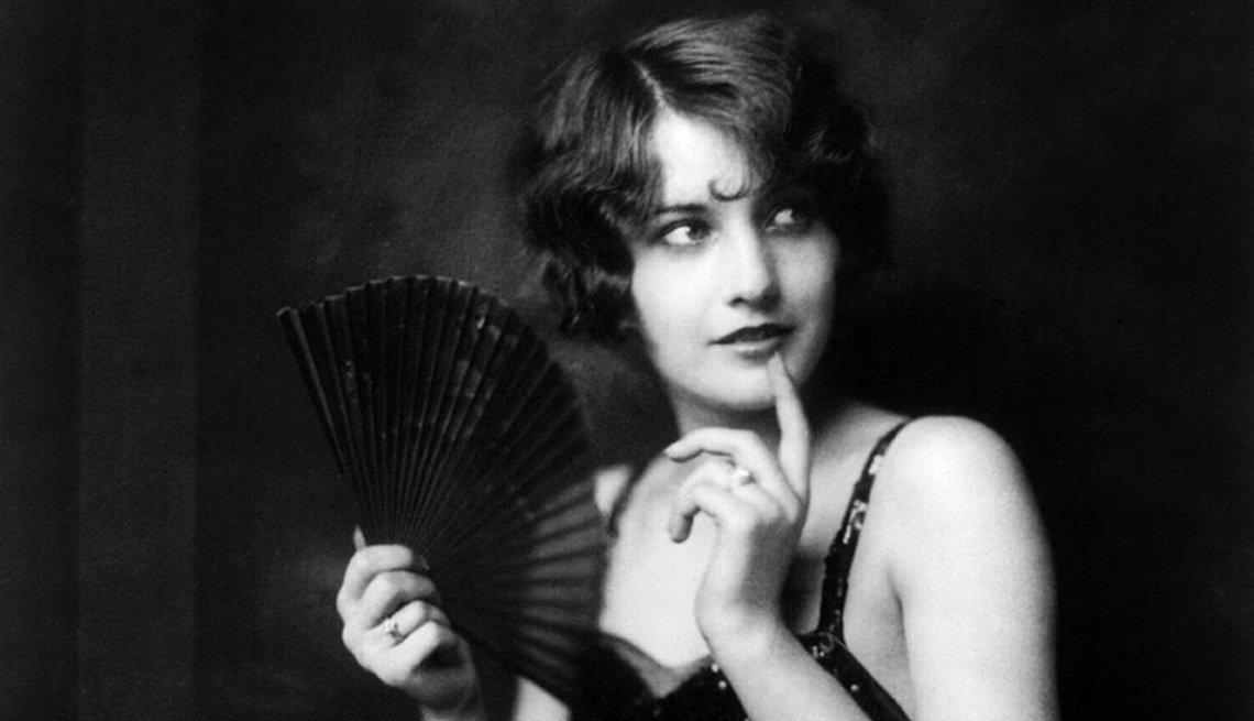 Barbara Stanwyck en una escena de la película  Ziegfeld girl y su carrera en Hollywood