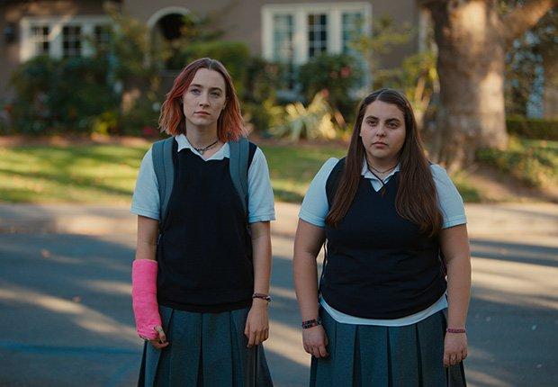 Saoirse Ronan y Beanie Feldstein en una escena de Lady Bird