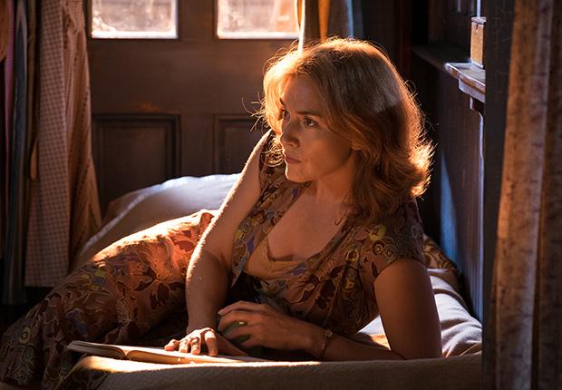 Kate Winslet en una escena de la película WONDER WHEEL