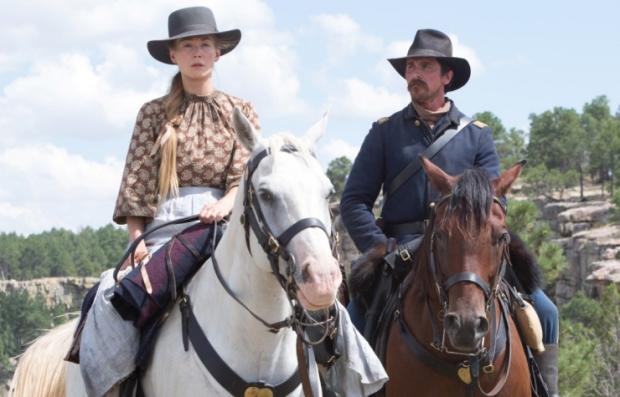 Rosamund Pike y Christian Bale en la película Hostiles