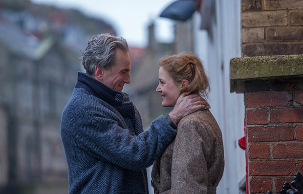 Daniel Day-Lewis y Vicky Krieps en una escena de Phantom Thread
