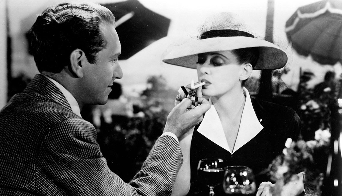 Paul Henreid y Bette Davis en una escena de Now, Voyager, 1942