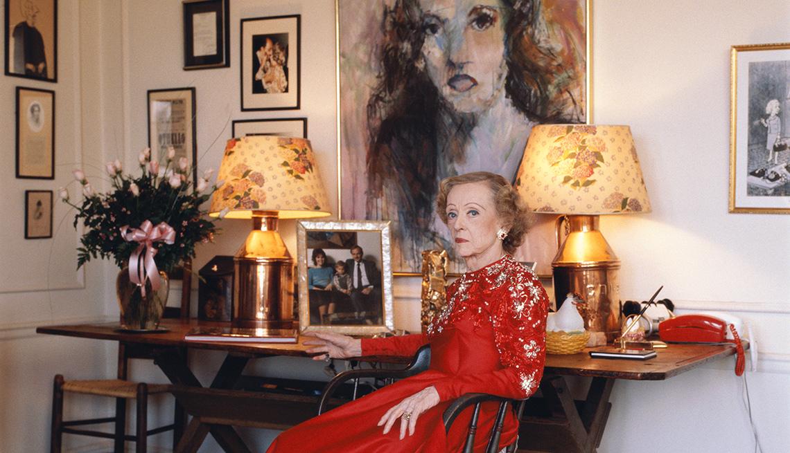 La actriz americana Bette Davis vestida de rojo en su casa en Beverly Hills, 1988