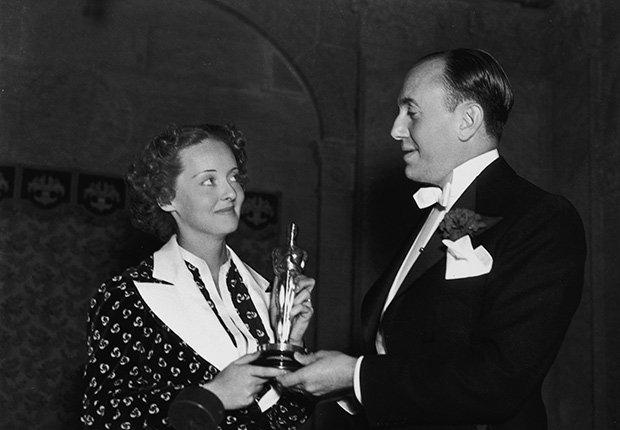 Bette Davis recibiendo un Óscar como mejor actriz en 1936