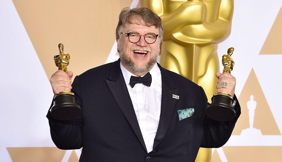 Guillermo del Toro con sus dos Oscars 2018 en las manos