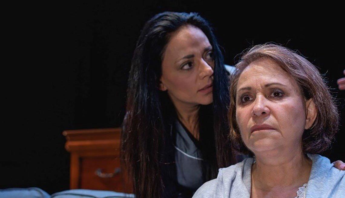 Adriana Barraza (derecha) en una escena de la obra de teatro Caricias y ausencias