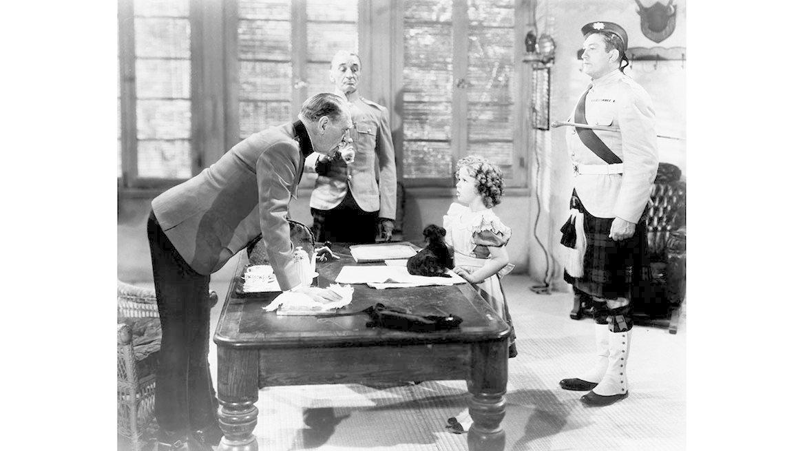 item 6 of Gallery image - Shirley Temple en la película WEE WILLIE WINKIE, 1937