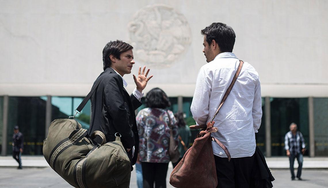 Gael García, izquierda, en una escena de la película Museo.