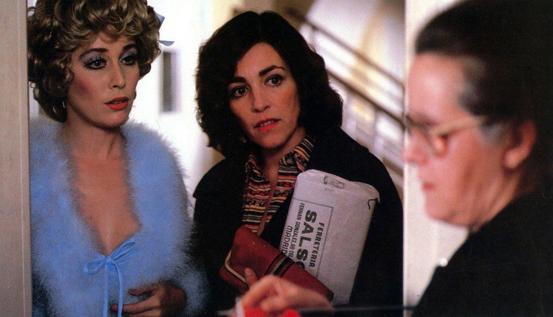 item 6, Gallery image. Carmen Maura, Verónica Forqué, y Chus Lampreave en una escena de '¿Qué he hecho yo para merecer esto?'