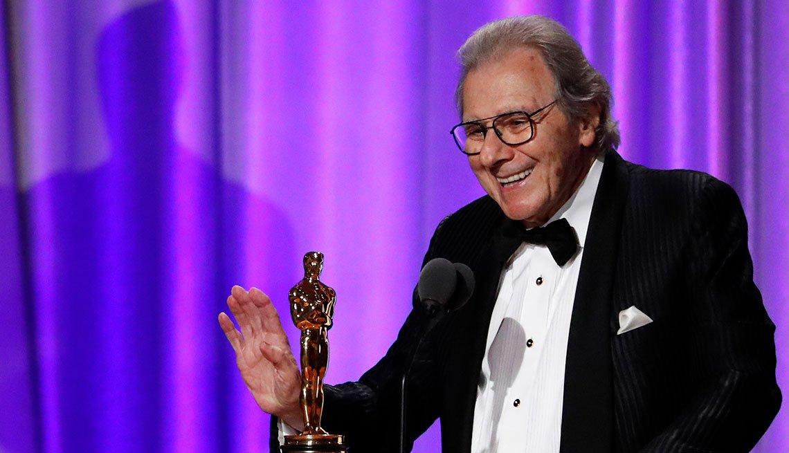 Lalo Schifrin recibiendo un Óscar de la Academia.