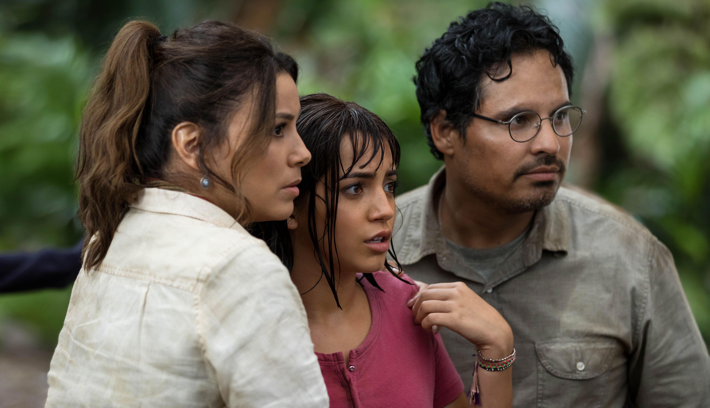 Eva Longoria, Isabela Moner y Michael Peña en Dora the Explorer