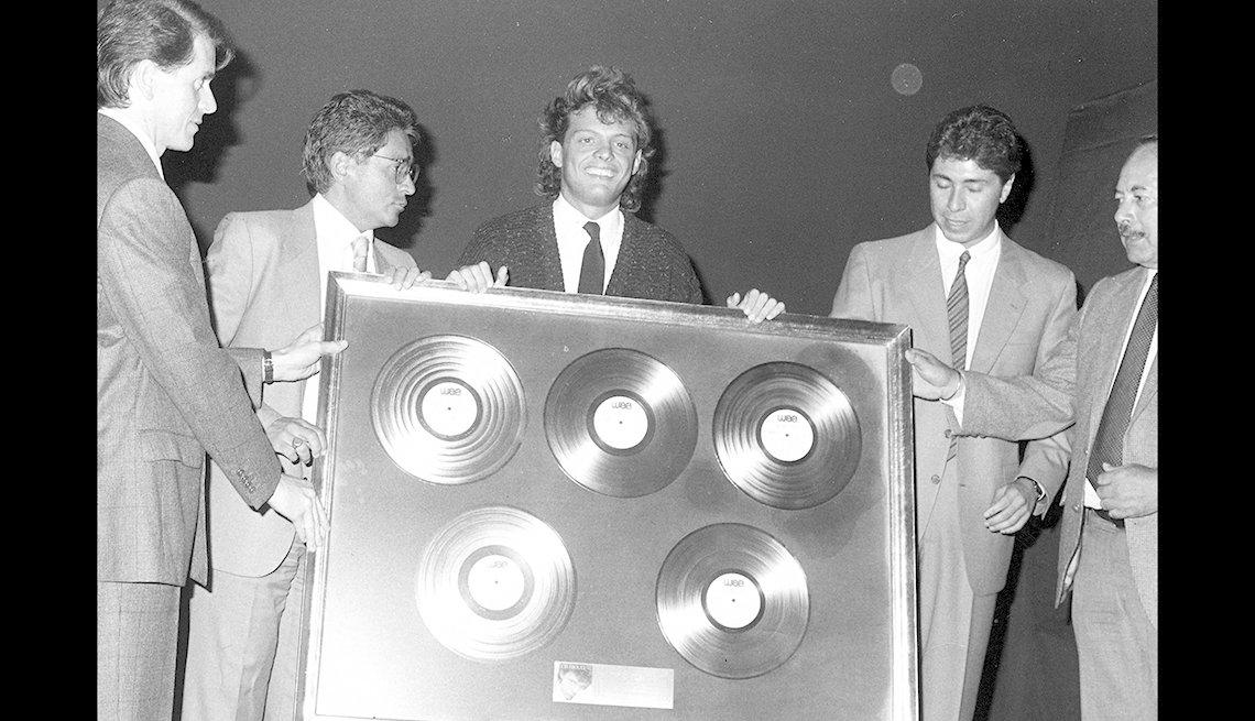 Luis Miguel con sus discos de oro por ventas en 1988