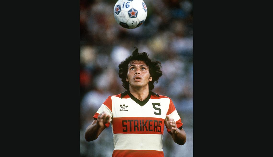 item 8 of Gallery image - Elias Figueroa, Astros del fútbol mundial