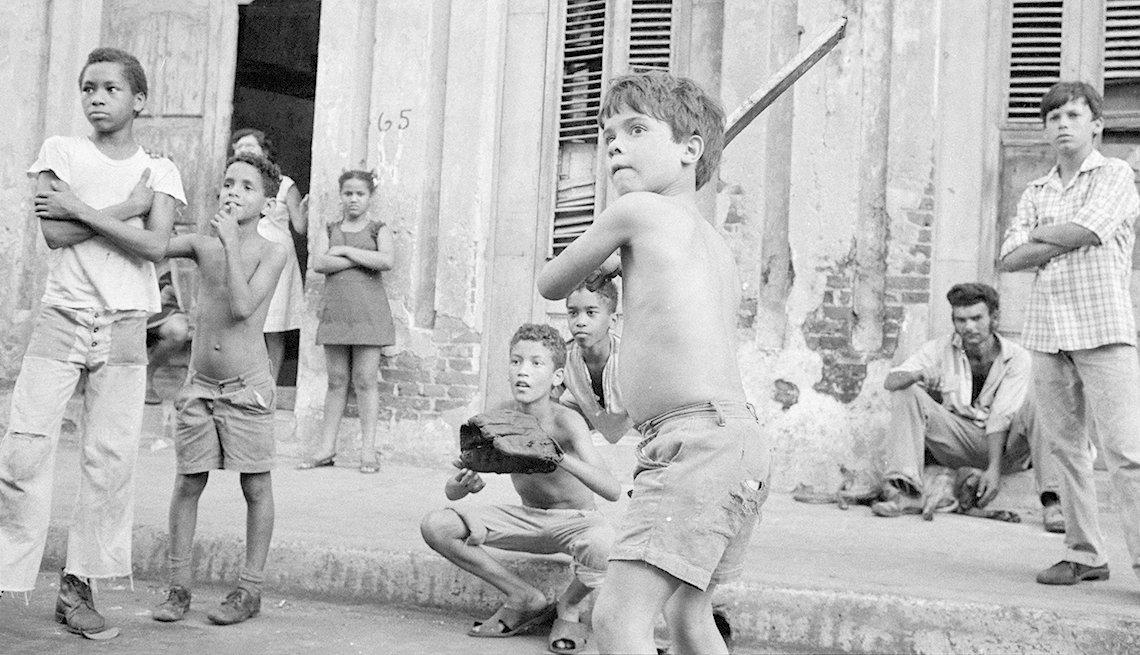 Niños cubanos en La Habana, pasión por el béisbol